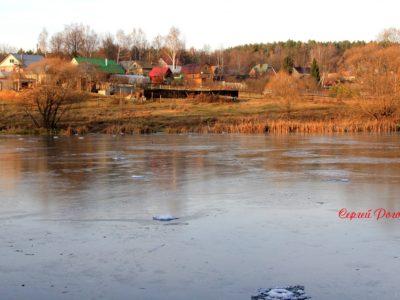 Трещит лёд на Комарёвском пруду