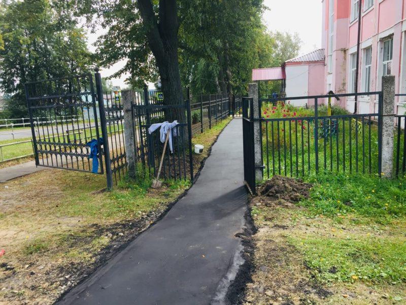 В школьный музей — по новому тротуару
